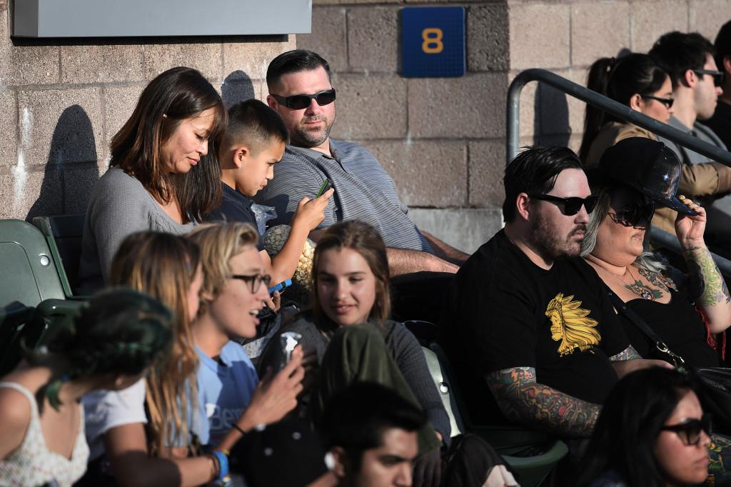 familjen covit på california state universitys idrottstadion. om en stund ska bernie sanders tala foto urban andersson